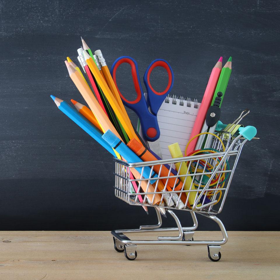 Schulsachen in Einkaufswagen